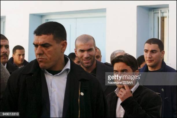 Zinedine Zidane visite l'unite de soins et de depistage pour enfants inadaptes a l'hopital de Beni Amrane Le capitaine des Bleus est en Algerie pour...