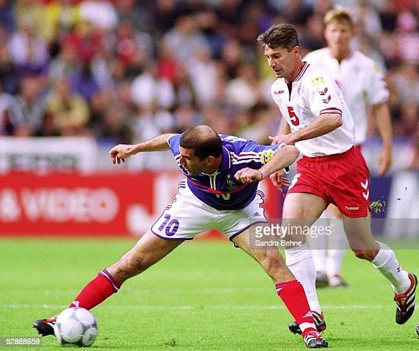 EURO 2000 Bruegge FRANKREICH DAENEMARK FRA DEN 30 Zinedine ZIDANE/FRA Jan HEINTZE/DEN