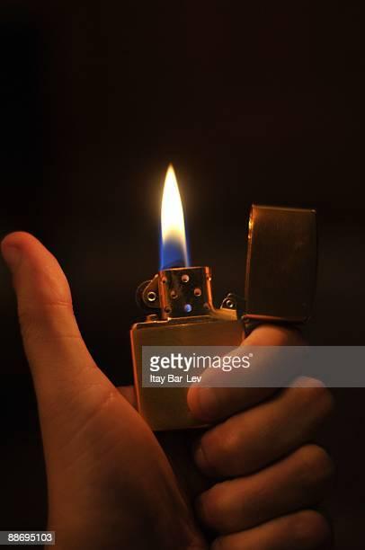zippo lighter  - pouce lev�� photos et images de collection