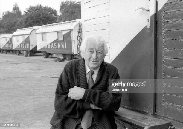 Zirkusdirektor Fritz Mey aufgenommen im Mai 1990 auf dem Fucikplatz in Dresden wo das Zelt des Circus Sarrasani aufgebaut wird Nachdem das Ende 1912...