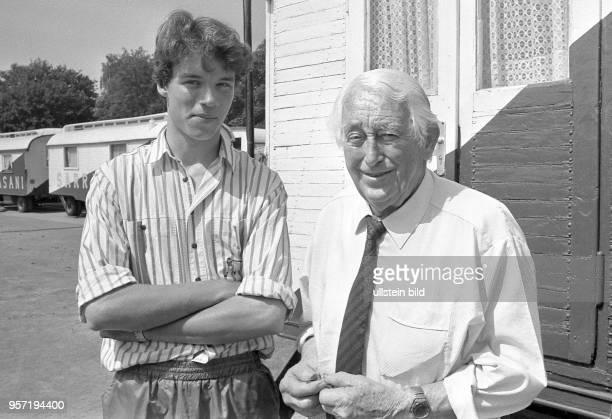 Zirkusdirektor Fritz Mey und sein Sohn André StoschSarrasani aufgenommen im Mai 1990 auf dem Fucikplatz in Dresden wo das Zelt des Circus Sarrasani...
