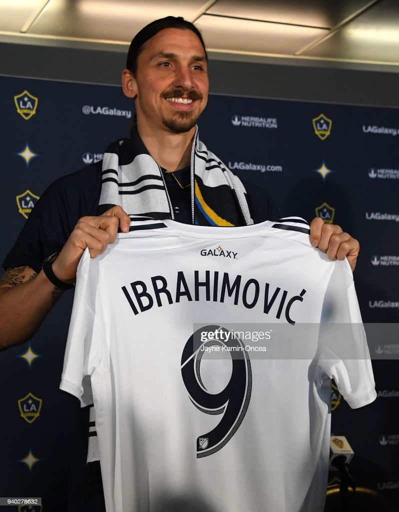 the best attitude 9cf2e 63737 Zlatan Ibrahimovic of the Los Angeles Galaxy holds his team ...