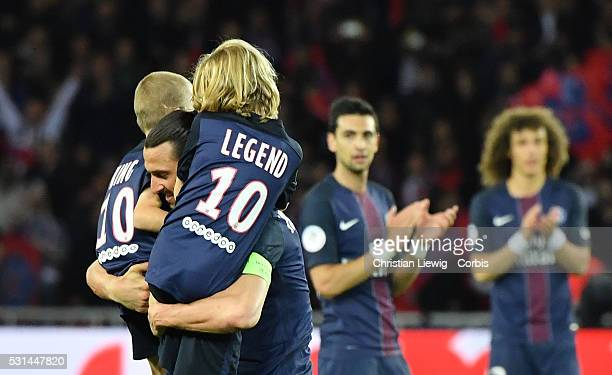 Zlatan Ibrahimovic on PSG leavesthe pitch with his son Maximilian Ibrahimovic and Vincent Ibrahimovic during the liguegame betweenParis Saint Germain...
