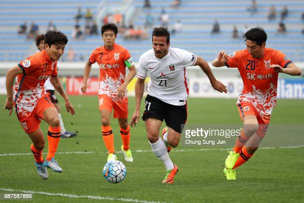 Zlatan Ljubijankic of Urawa Red Diamonds competes for the ball with Cho YongHyung of Jeju United FC during the AFC Champions League Round of 16 match...