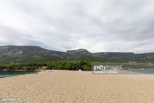 zlatni rat beach in bol, croatia - zlatni rat fotografías e imágenes de stock