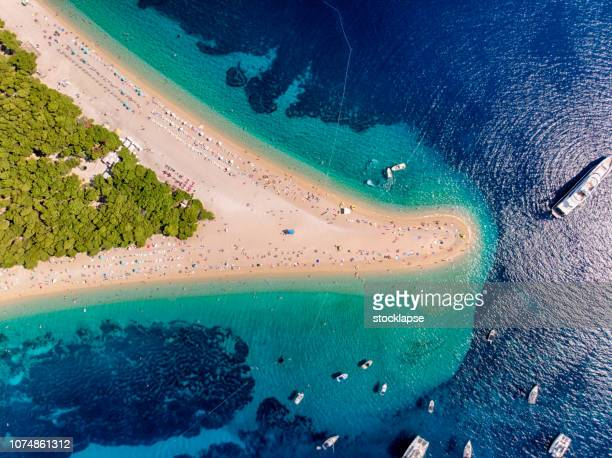 playa de zlatni rat en bol, isla de brac - croacia fotografías e imágenes de stock