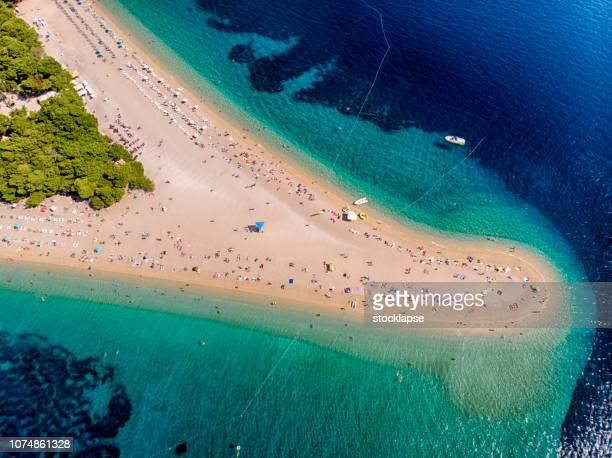 playa de zlatni rat en bol, isla de brac - zlatni rat fotografías e imágenes de stock