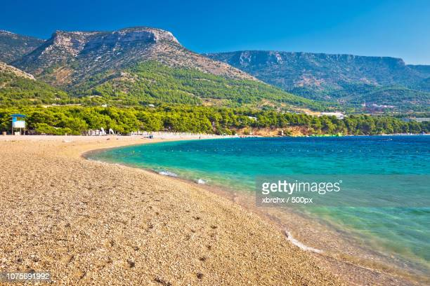 zlatni rat turquoise beach in bol - zlatni rat fotografías e imágenes de stock
