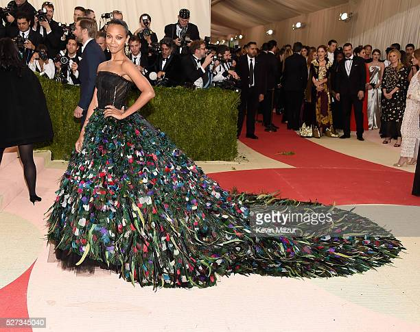 Zoe Saldana attends 'Manus x Machina Fashion In An Age Of Technology' Costume Institute Gala at Metropolitan Museum of Art on May 2 2016 in New York...