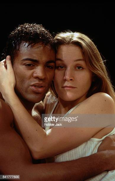 zoe waites and ray fearon hugging in romeo and juliet - robbie jack stock-fotos und bilder