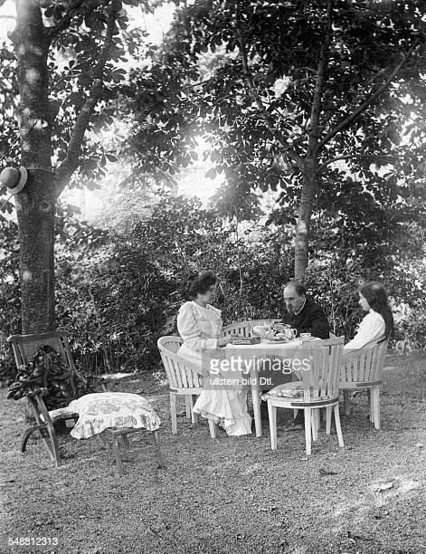 Zola Emile *02041840 Schriftsteller Frankreich mit Ehefrau Jeanne Rozerot und der gemeinsamen Tochter Denise in Verneuil 1899
