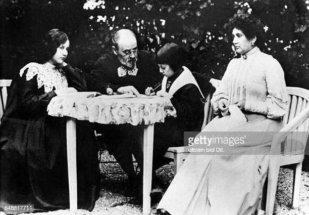 Zola Emile *02041840 Schriftsteller Frankreich mit seiner Familie am Gartentisch vl Tochter Denise EZ Sohn Jacques und Ehefrau Jeanne Rozerot...