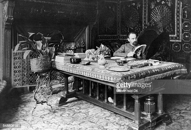 Zola Emile Writer France *02041840 Portrait at his desk about 1900