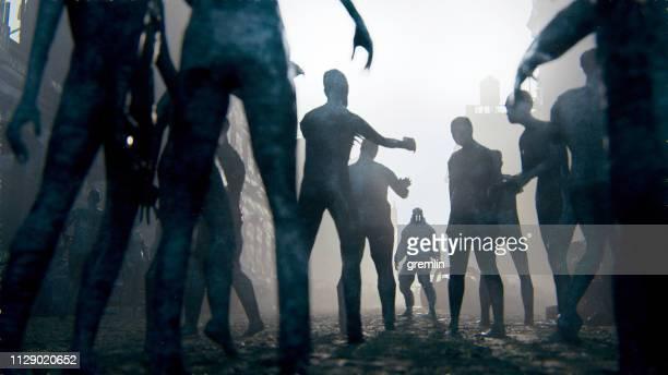 sobreviviente del apocalipsis zombie contra hordas de muertos vivientes - zombie fotografías e imágenes de stock