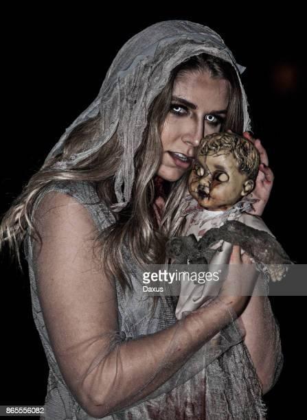 Zombie-Mädchen und Puppe