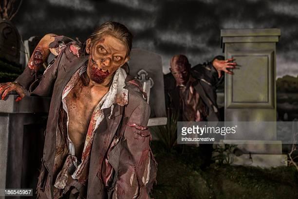 zombies in der friedhof - grab stock-fotos und bilder