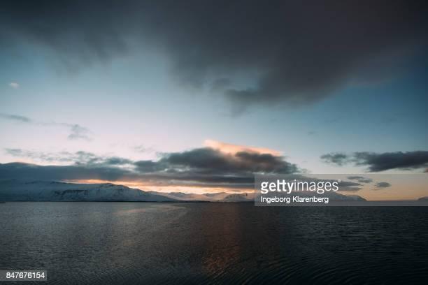 zonsondergang boven ijslandse fjord - zonsondergang stock pictures, royalty-free photos & images