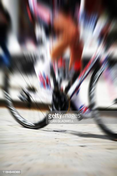 zoom burst cyclist - road race stock pictures, royalty-free photos & images
