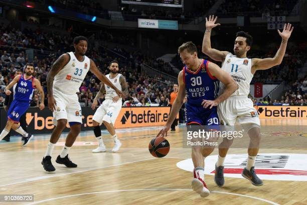 Zoran Dragic #30 of Anadolu Efes in action during the 2017/2018 Turkish Airlines EuroLeague Regular Season Round 20 game between Real Madrid and...