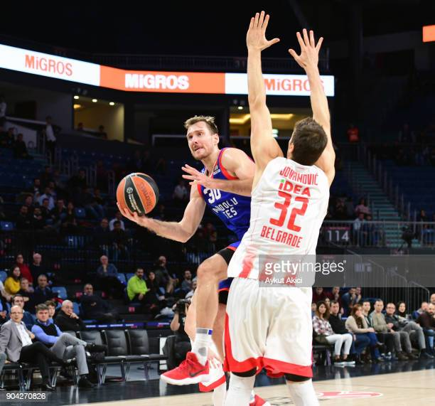 Zoran Dragic #30 of Anadolu Efes Istanbul competes with Nikola Jovanovic #32 of Crvena Zvezda mts Belgrade during the 2017/2018 Turkish Airlines...