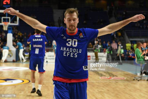 Zoran Dragic #30 of Anadolu Efes warms up prior the 2017/2018 Turkish Airlines EuroLeague Regular Season Round 20 game between Real Madrid and...