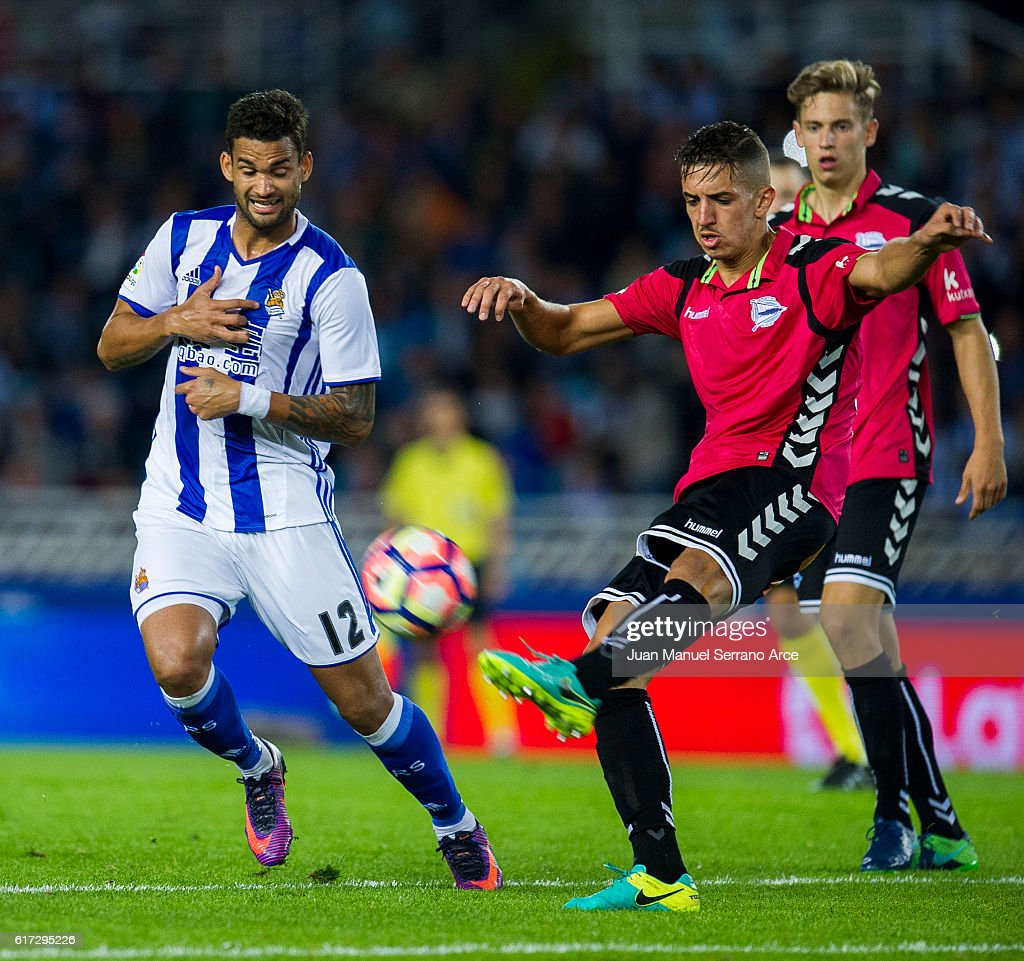 Zouhair Feddal of Deportivo Alaves duels for the ball with Willian Jose Da Silva of Real Sociedad during the La Liga match between Real Sociedad de Futbol and Deportivo Alaves at Estadio Anoeta on October 22, 2016 in San Sebastian, Spain.