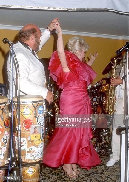 Zsa Zsa Gabor Musiker Musikgruppe Ambros SeelosBand Wahl zur Miss Germany 1986 Hotel Bayerischer Hof München Deutschland Europa Bühne tanzen Mikrofon...