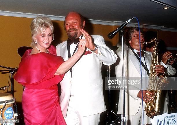Zsa Zsa Gabor Musiker Musikgruppe Ambros SeelosBand Wahl zur Miss Germany 1986 Hotel Bayerischer Hof München Deutschland Europa Bühne tanzen Ohrring...