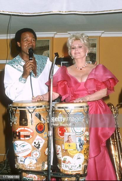 Zsa Zsa Gabor Musiker Musikgruppe Ambros SeelosBand Wahl zur Miss Germany 1986 Hotel Bayerischer Hof München Deutschland Europa Bühne Ohrring Juwelen...