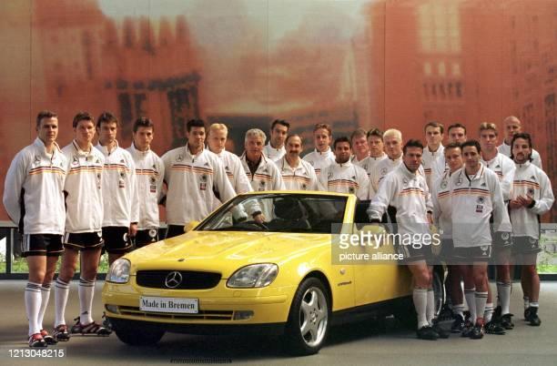 Zu Werbeaufnahmen für einen der DFB-Hauptsponsoren hat sich die deutsche Fußball-Nationalmannschaft am bei Daimler-Chrysler in Bremen um einen...