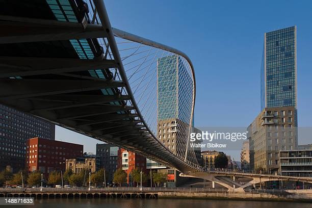 zubizuri bridge on the rio de bilbao. - ビスカヤ県 ストックフォトと画像