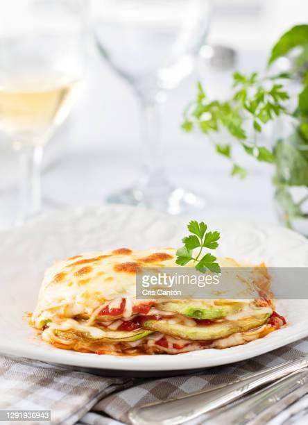 zucchini lasagna - cris cantón photography fotografías e imágenes de stock