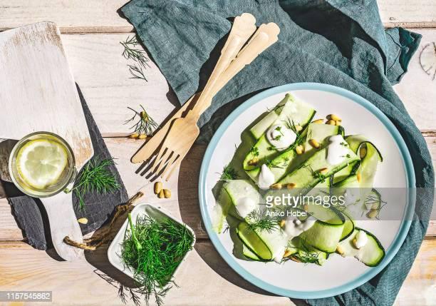 zucchini salad - vegetarisch gerecht stockfoto's en -beelden