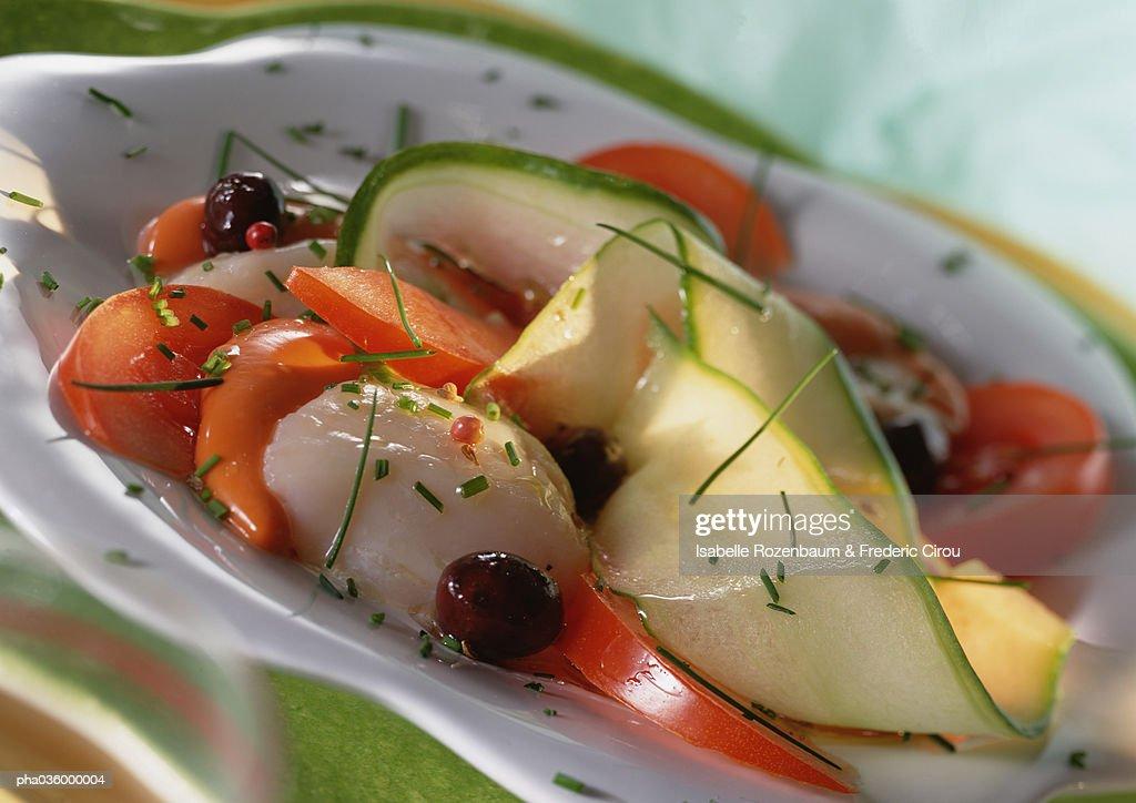 Zucchini, tomato and scallop dish with herbs, close-up : Stockfoto