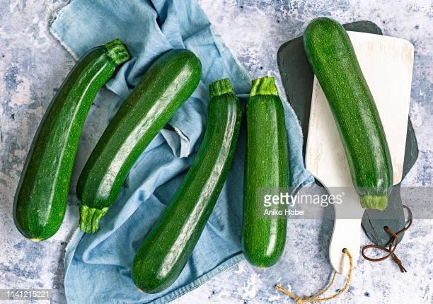 zucchinis - gartenkürbis stock-fotos und bilder