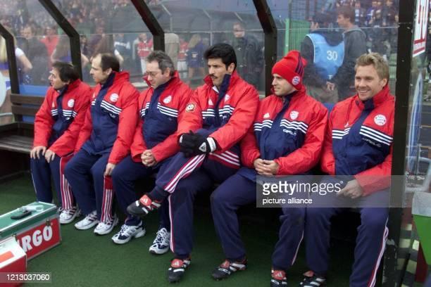 Zufriedene Gesichter sind am 20.2.1999 im Duisburger Wedaustadion auf der Mannschaftsbank des FC Bayern München zu sehen. Auf der Teambank sitzen die...