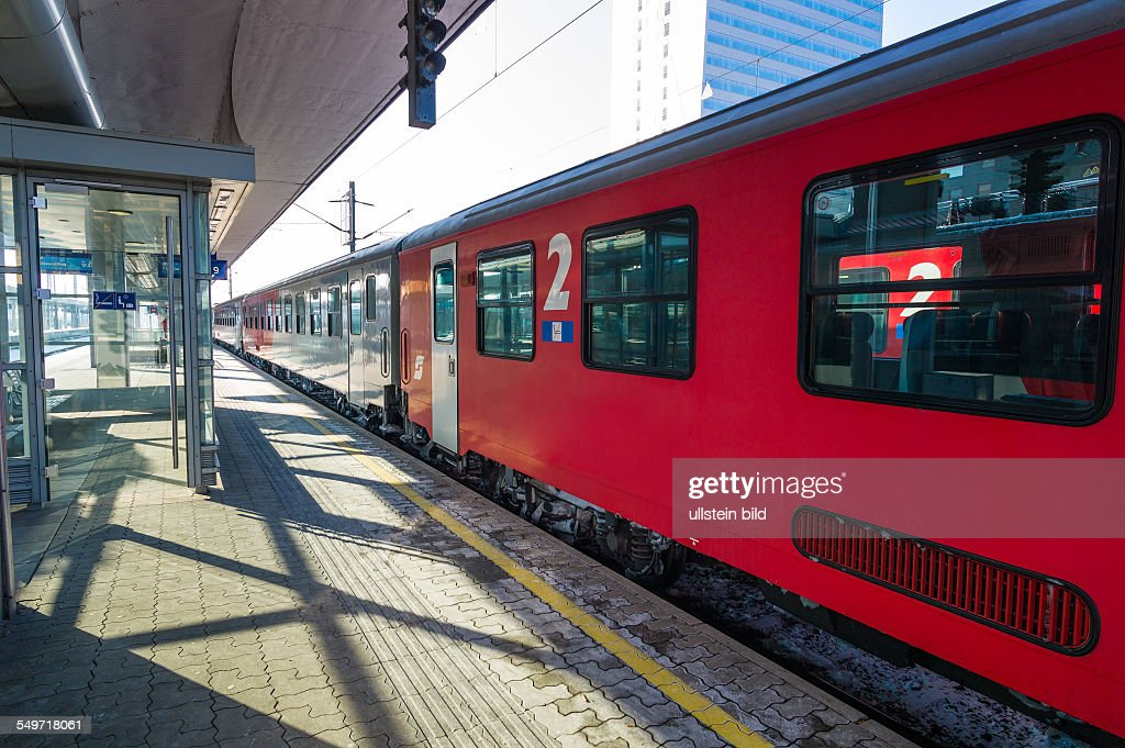 Österreich, Linz, Zug im Bahnhof : News Photo