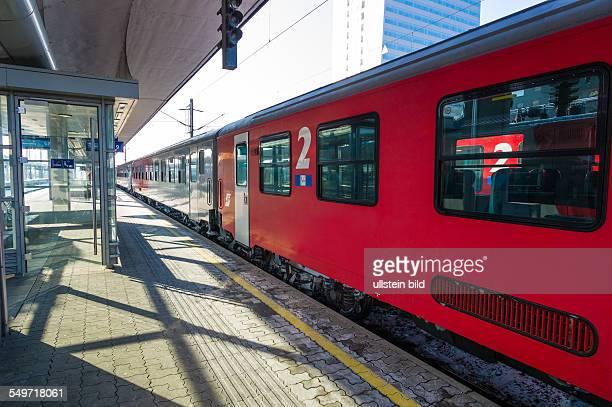 Zug der ÖBB im Bahnhof Symbolfoto für Berufsverkehr Nahverkehr und Pünktlichkeit