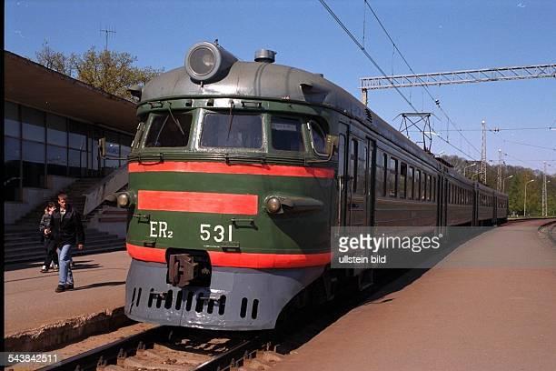 Zug der lettischen Eisenbahn zu Besuch in der BRD Der in Russland gebaute Triebwagen steht an einem leeren Bahnsteig