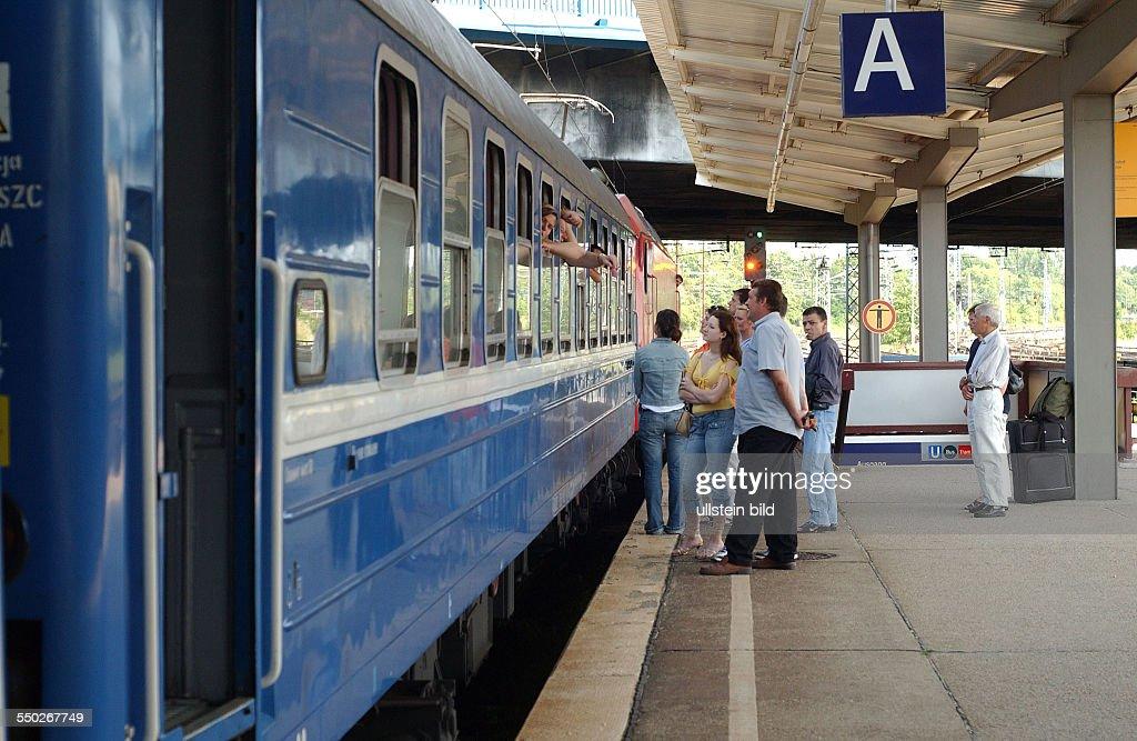 Verabschiedung eines Zuges am Bahnhof Berlin-Lichtenberg : News Photo