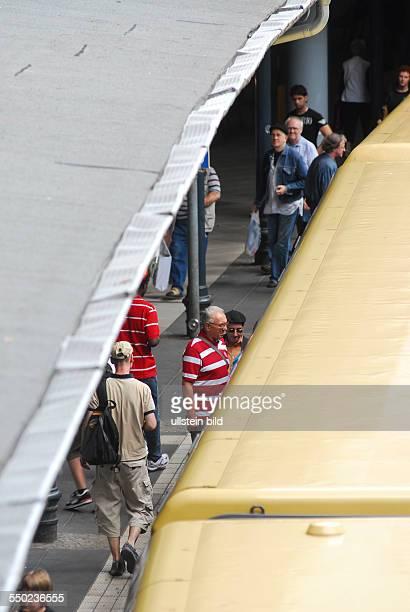 Zugausfälle bei der Berliner SBahn Fahrgäste steigen in eine bereitstehnde SBahn auf dem Bahnhof Schönhauser Allee in Berlin