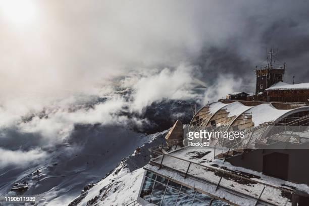 zugspitze berg, top of germany an einem sonnigen tag im november - eisheilige stock-fotos und bilder