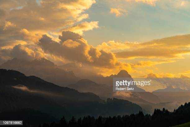 zugspitzmassiv with dramatic cloud sky, gerold, mittenwald, bavaria, germany - mittenwald fotografías e imágenes de stock