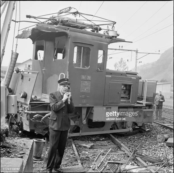 Zugunglück in Schwyz Bahnangestellter beim Telefonieren am Unglücksort 1970