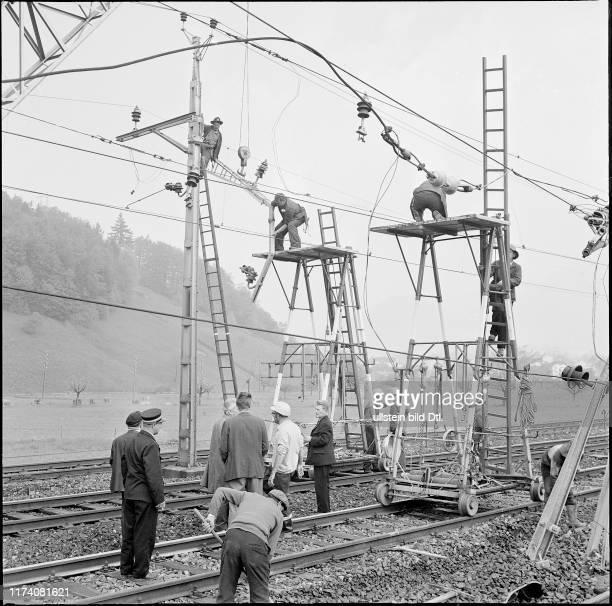 Zugunglück in Schwyz Elektriker reparieren Stromleitung 1970