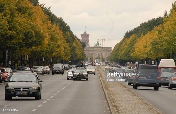 ZugWagen mit Mitgliedern vom DrehTeam dahinter Mercedes CLKCabriolet Straße des 17Juni mit Brandenburger Tor Dreharbeiten zum InternetMusikVideo für...
