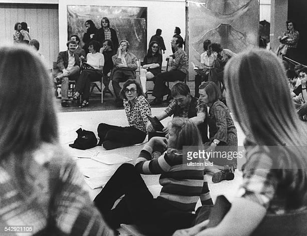 Zuhörer bei einem Konzert von 'gentle fire' im Rahmen der Woche der avantgardistischen Musik in Berlin