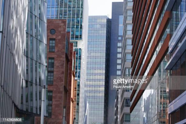 zuidas financial district in amsterdam - stadsdeel stockfoto's en -beelden