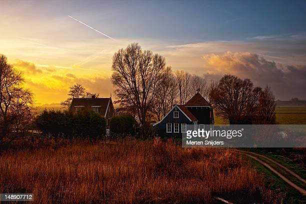 zuiderdijk farmhouse at sunset. - merten snijders stockfoto's en -beelden