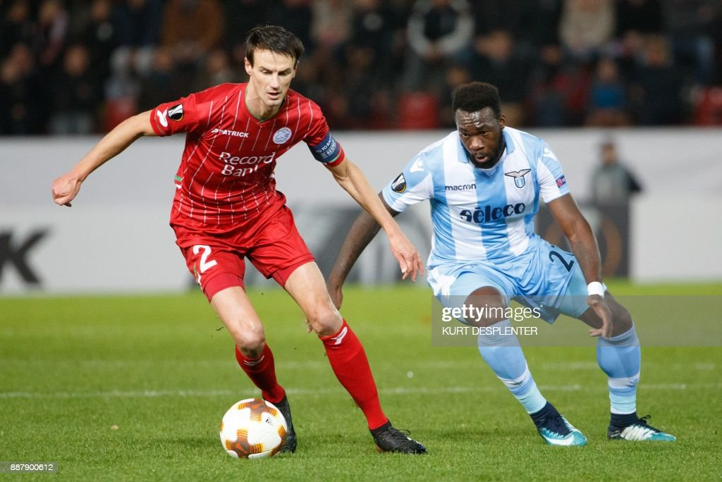 Zulte's Davy De Fauw (L) and Lazio's Felipe Caicedo vie for the ball during the UEFA Europa League Group K football match between Zulte Waregem and SS Lazio on December 7, 2017, in Waregem. / AFP PHOTO / Belga / KURT DESPLENTER / Belgium OUT